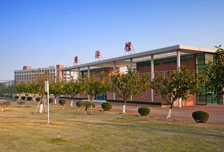 吉林大学珠海学院图书馆的前身为吉林大学珠海校区图书馆,随着吉林